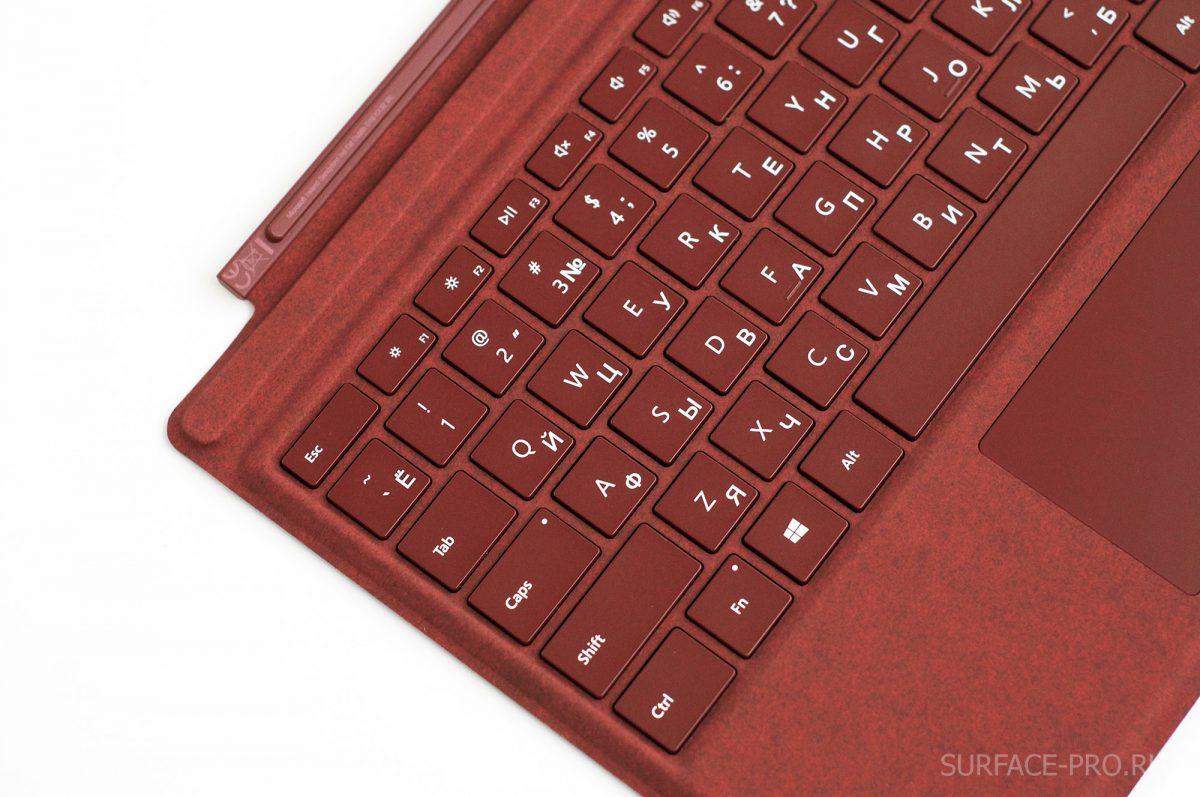 Как выглядит русская гравировка на клавиатуре Signature Type Cover для Surface Pro 5 (2017)